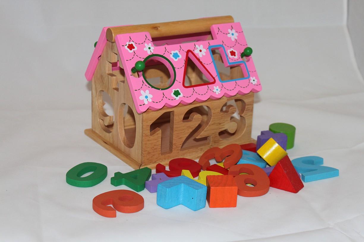 Dřevěná vkládačka - dům růžový