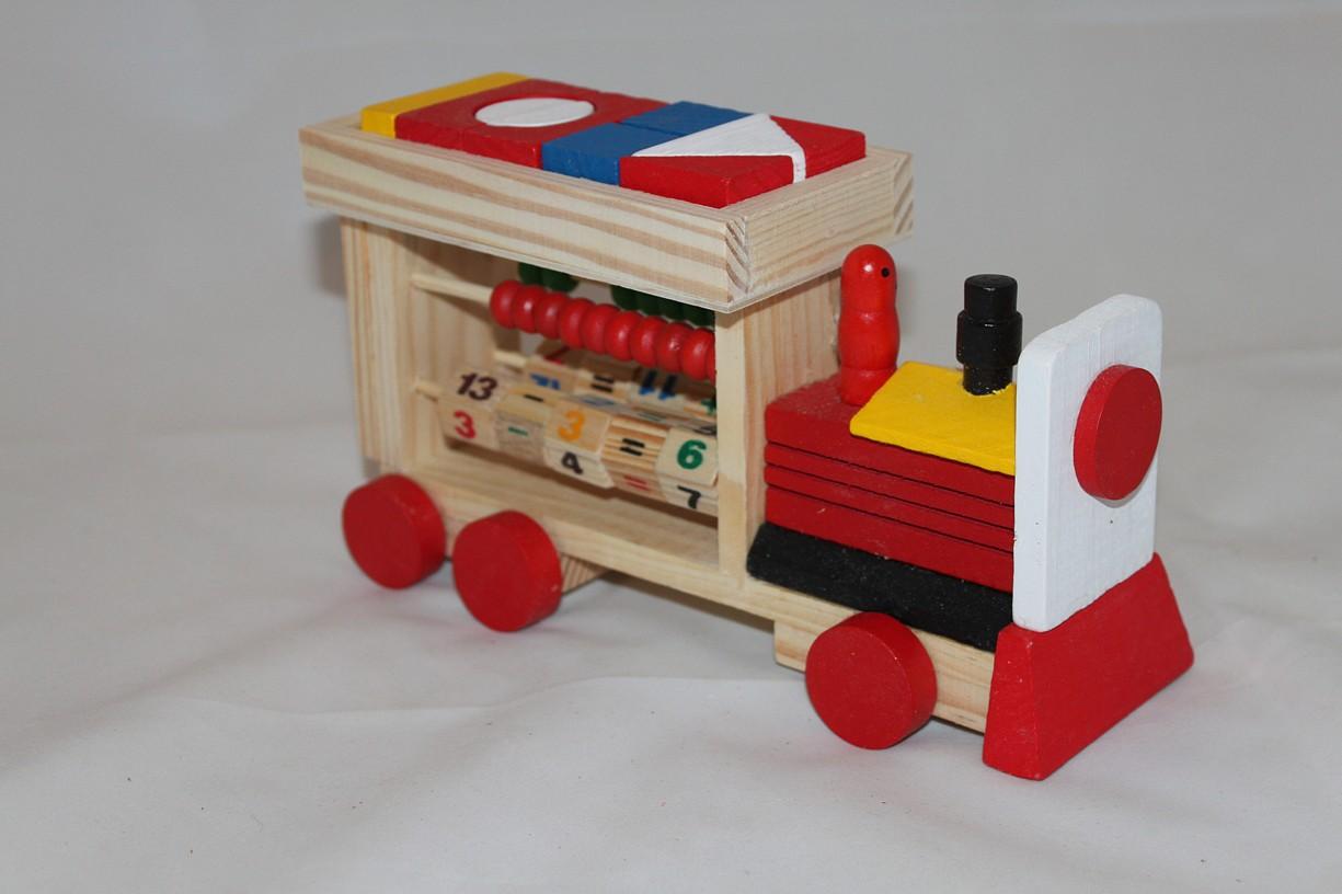 Dřevěná mašinka s počítadlem a kostičkami