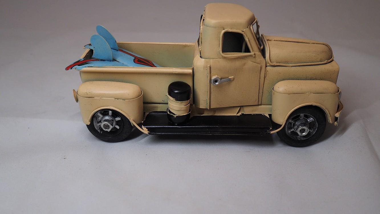 Dekorační nákladní auto se surfem dl. 18cm