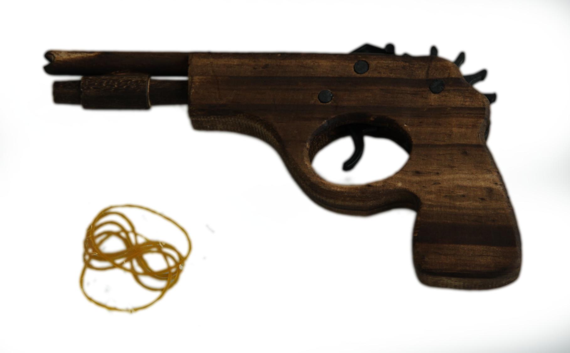 Dřevěná pistol na gumičky